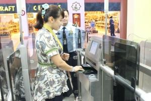 Scan paspor dan sidik jari.